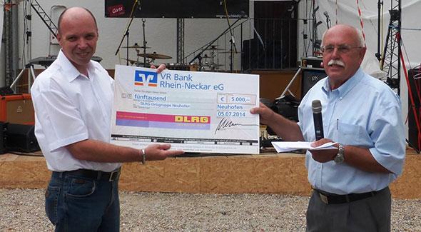 VR Bank Rhein-Neckar übergibt Spende in Höhe  von 5.000 Euro an DLRG Ortsgruppe Neuhofen